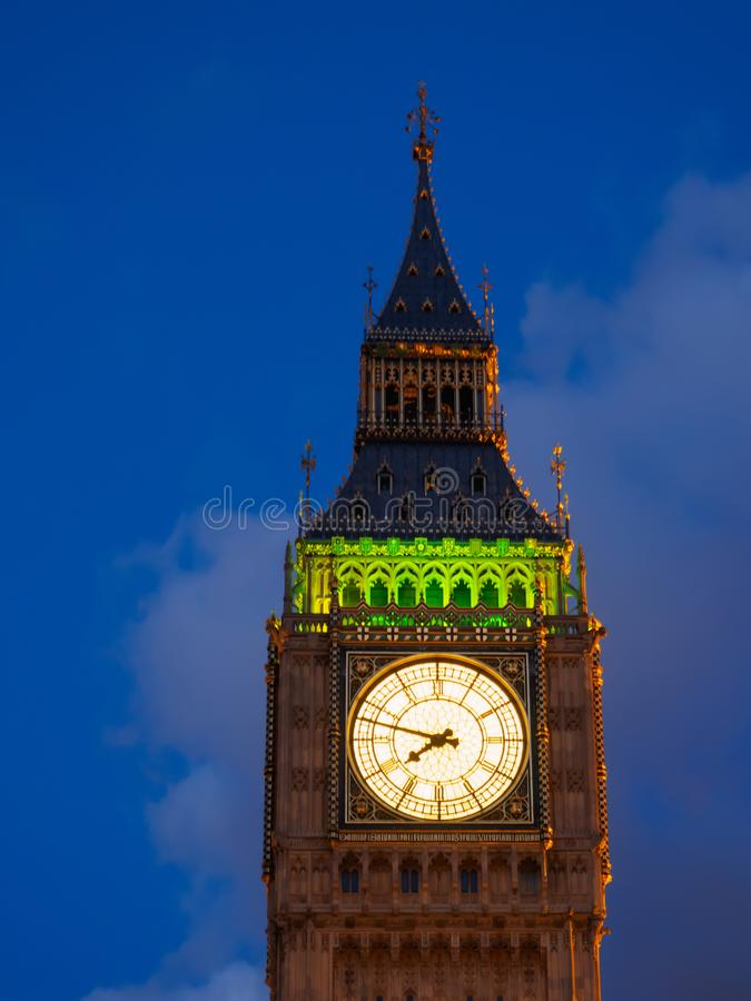 Nahaufnahmeansicht der belichteten Big Ben-Uhr des Elizabeth-Turms in London nachts stockfoto