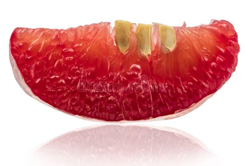 Nahaufnahmeansicht der roten Pampelmusenmasse mit den Samen lokalisiert auf Weiß lizenzfreie stockbilder