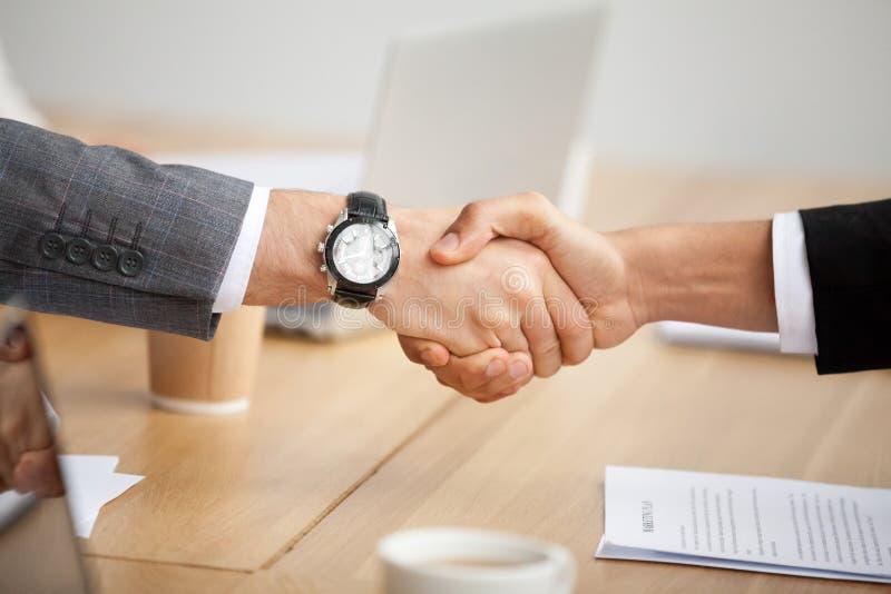 Nahaufnahmeansicht des Händedrucks, zwei Geschäftsmänner in den Klagen, die Hand rütteln stockbild