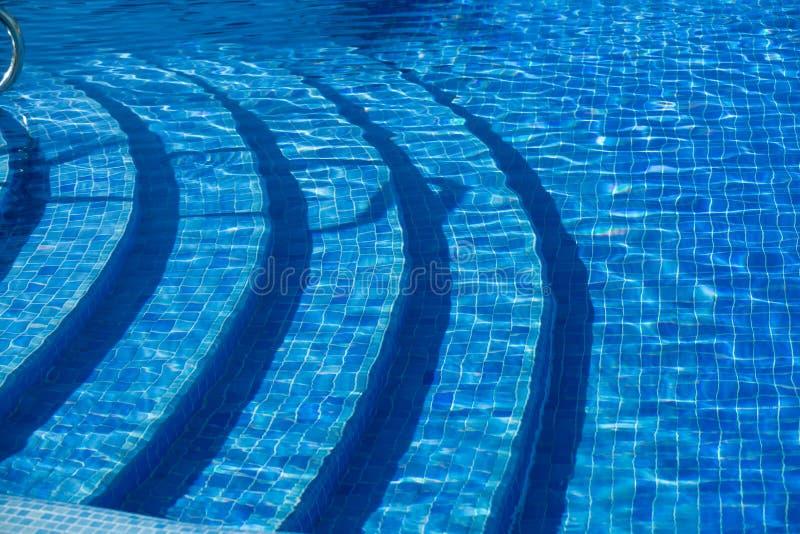 Nahaufnahmeansicht des keramischen Mosaikfliesen-Luxusswimmingpools mit Unterwasserschritten stockbilder