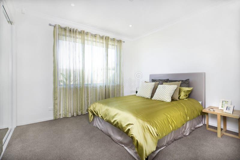 Nahaufnahmeansicht des modernen Schlafzimmerinnenraums mit einem Eingang stockbild