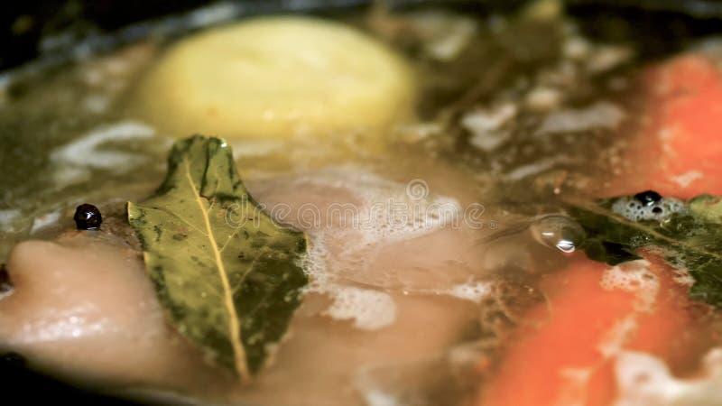 Nahaufnahmeansicht des Rindfleischfleisches mit der Karotte und Zwiebel, die in der Wanne für Suppe oder Eintopfgericht kochen lizenzfreies stockfoto