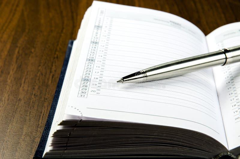 Download Nahaufnahmeansicht Eines Metallstiftes, Der Auf Dem Tagebuch Mit Einem Zeitplan Liegt Stockfoto - Bild von kalender, niemand: 90234814