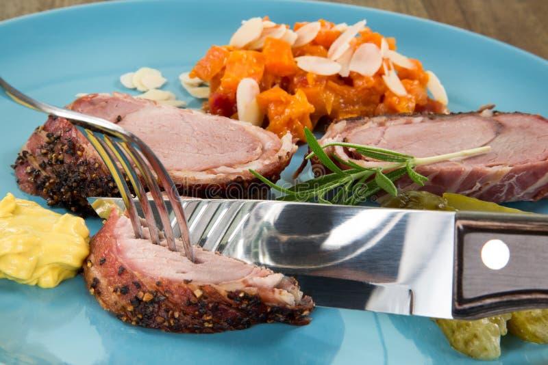 Nahaufnahmeansicht von einer Lebensmittelplatte mit Gemüse, in dem ein Messer ist lizenzfreie stockfotos