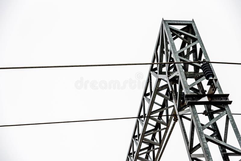 Nahaufnahmeansicht von elektrischen Stromversorgungsversorgungslinien über britischen Bahnstrecken lizenzfreies stockbild