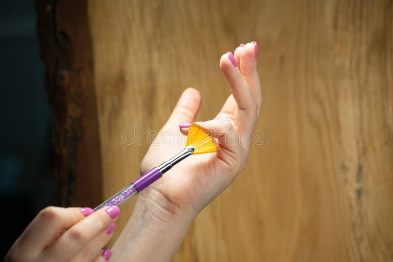 Nahaufnahmeansicht von Händen mit Maniküre der jungen Frau stockfoto