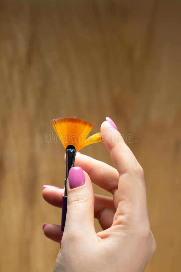 Nahaufnahmeansicht von Händen mit Maniküre der jungen Frau stockfotos