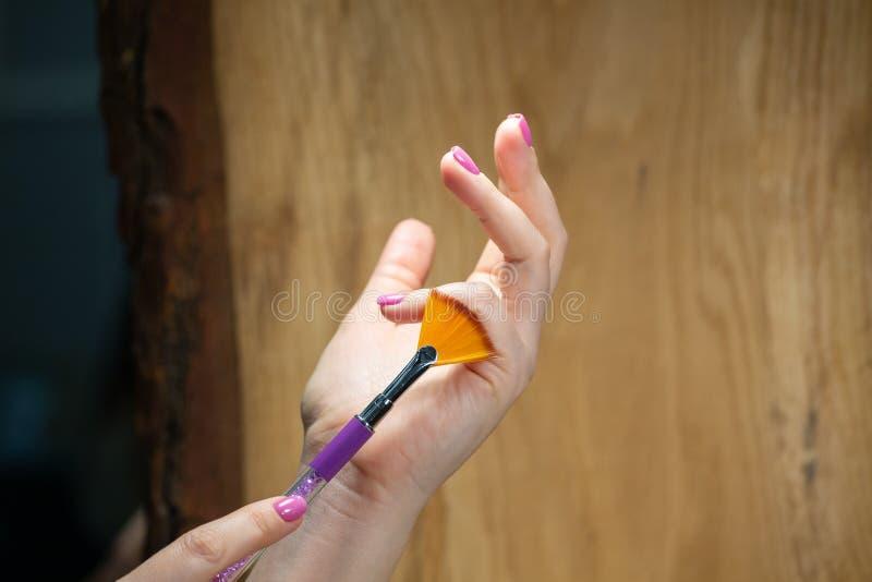 Nahaufnahmeansicht von Händen mit Maniküre der jungen Frau stockbilder