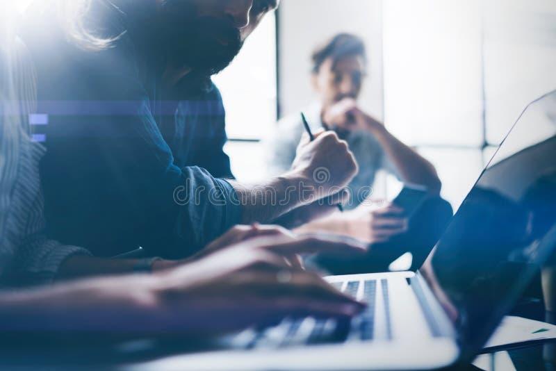 Nahaufnahmeansicht von jungen Mitarbeitern arbeiten mit neuem Startprojekt im Büro Geschäftsleute, die modernen Laptop auf Tabell lizenzfreie stockfotos