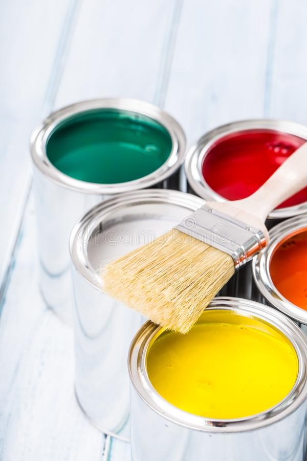 Nahaufnahmebürste, die auf mehrfarbigen Farbendosen liegt lizenzfreie stockfotografie