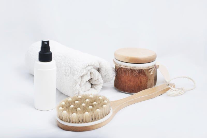 Nahaufnahmebadekurortprodukte irgendein Badzubehör auf weißem Hintergrund stockfotos
