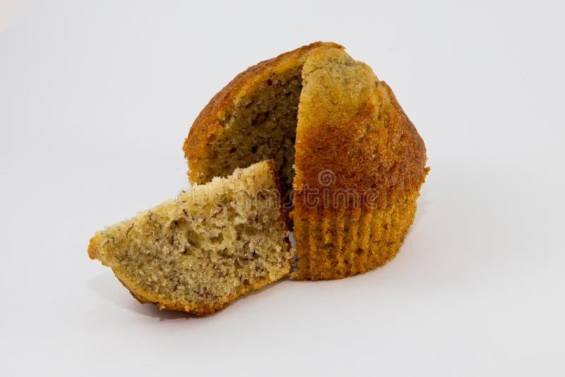 Nahaufnahmebananen-Schalenkuchen lokalisiert auf weißem Hintergrund stockfotos