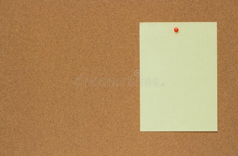Nahaufnahmebeschaffenheit eines braunen Korkenbrettblattes mit einem Blatt Papier stockbild