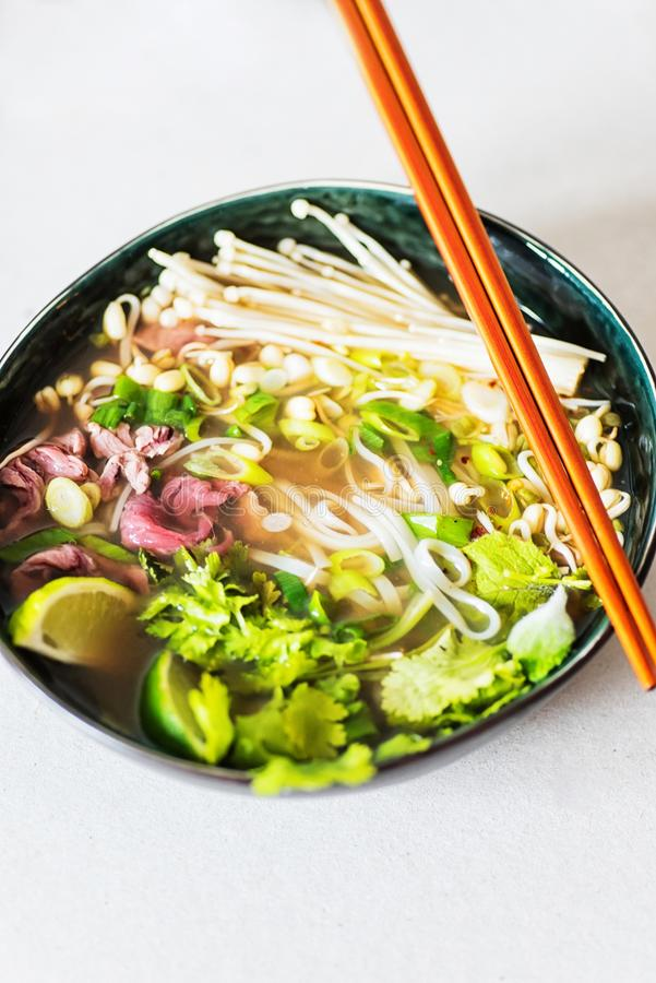 Nahaufnahmebild der heißen Suppe Pho BO in einer dunklen Schüssel lizenzfreies stockbild