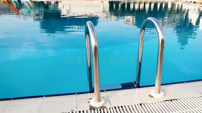 Nahaufnahmebild der Metallleiter auf dem Poolside stockbilder