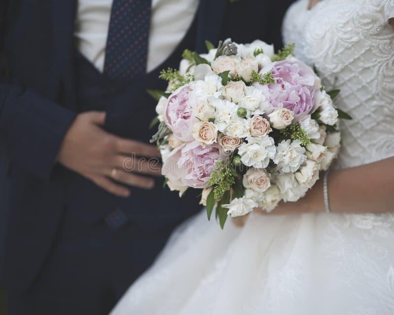 Nahaufnahmebild des Brautmodekleides und des Bräutigamanzugs lizenzfreie stockfotos