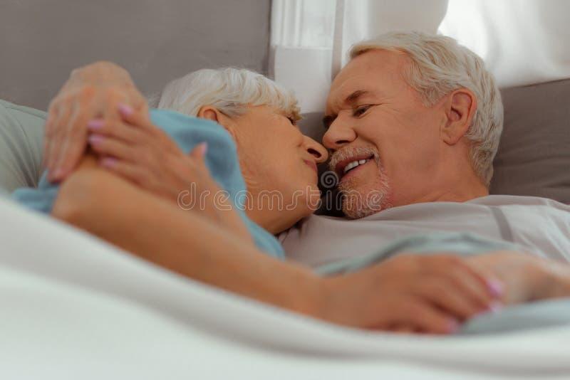 Nahaufnahmebild des Ehemanns und der Frau, die sich streicheln lizenzfreie stockfotos