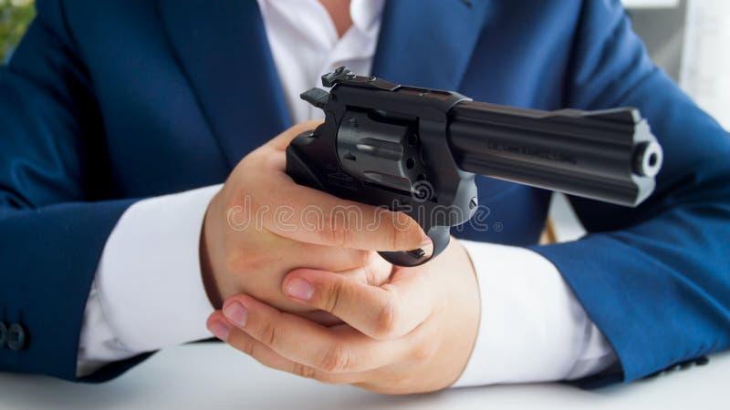 Nahaufnahmebild des Mannes in der Klage, die mit Gewehr hält und zielt stockfotos