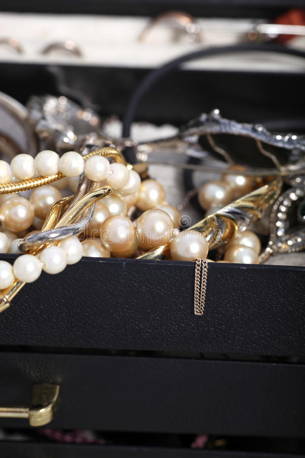 Perlen und Schmuck, die von einem Kasten überlaufen lizenzfreies stockbild