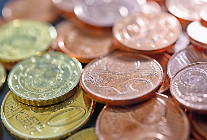 Nahaufnahmebild von benutzten Euromünzen stockfotografie
