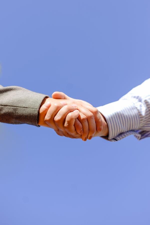 Nahaufnahmebild von Geschäftsleuten Händeschütteln an stockbild