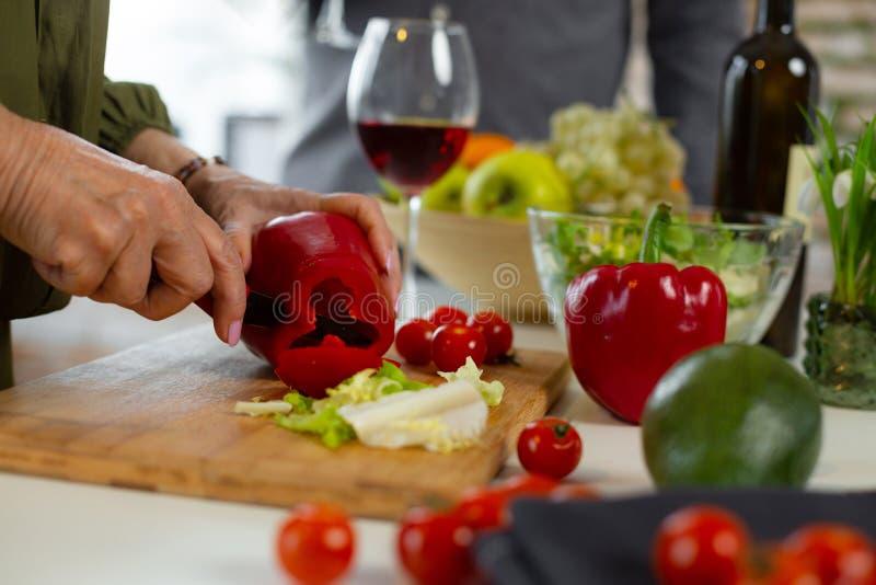 Nahaufnahmebild weiblicher Ausschnitt roten Peeper für das Abendessen lizenzfreies stockbild