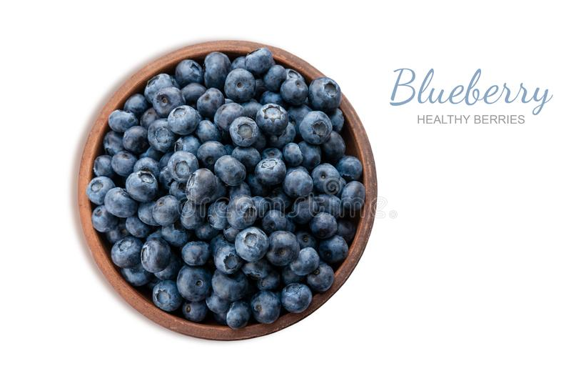 Nahaufnahmeblaubeerbeeren in einer Lehmplatte lokalisiert auf weißem Hintergrund Foto der Blaubeere für Designer auf der Fahne lizenzfreies stockbild