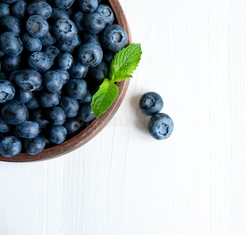 Nahaufnahmeblaubeerbeeren mit den tadellosen Blättern lokalisiert auf weißem Hintergrund Foto der Blaubeere für Designer auf der  stockfoto