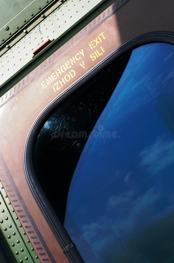Nahaufnahmedetail der Fluchtwegtür auf modernem Militärhubschrauber lizenzfreie stockbilder