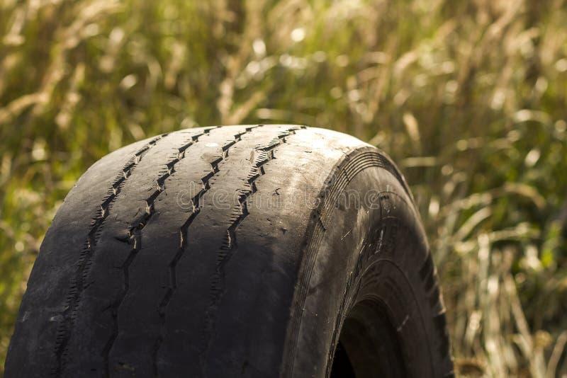 Nahaufnahmedetail des Autoradreifens schlecht getragen und kahl wegen der Armespurhaltung oder der Ausrichtung der Räder lizenzfreies stockbild