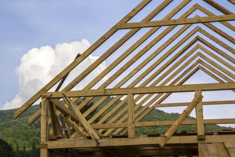 Nahaufnahmedetail des hölzernen hohen steilen Dachs, das unter construc gestaltet stockbild