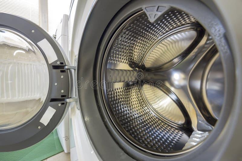Nahaufnahmedetail des modernen Waschmaschineninnenraums mit Innenraum der offenen Tür Silberne glänzende rostfreie Trommel, Entwu stockbild