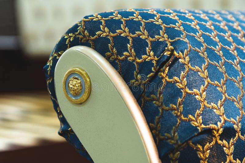 Nahaufnahmeelement der Textildekoration eines weichen Kopfendestuhls im Schlafzimmer Luxusmöbel in der Weinleseart stockfotos
