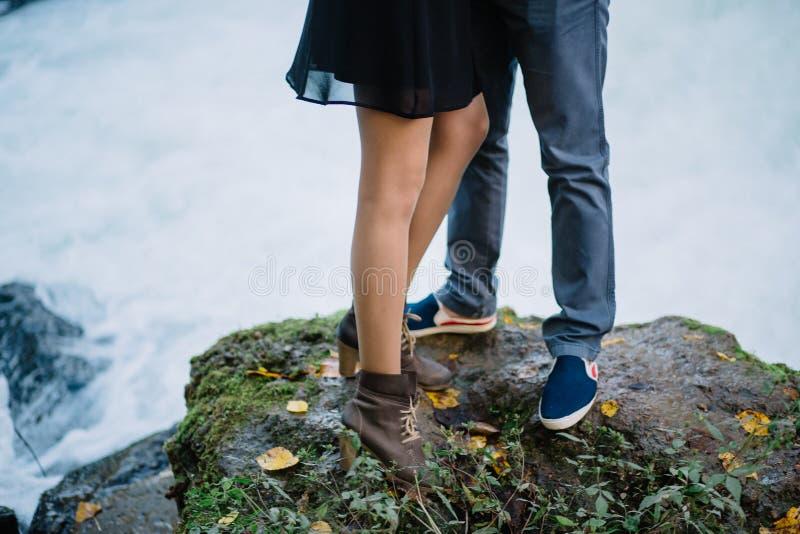 Nahaufnahmefüße eines liebevollen Paares in der Natur, Sommer, Wasserfall stockfoto