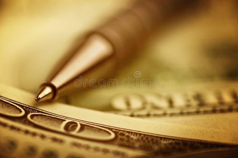 Nahaufnahmefeder auf dem Geld stockfoto