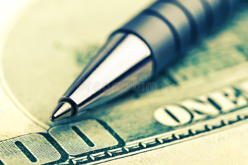 Nahaufnahmefeder auf dem Geld stockfotografie