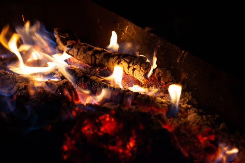 Nahaufnahmefeuerfeuer Die Flamme von Feuerbränden in einem offenen Ofen nachts lizenzfreie stockbilder