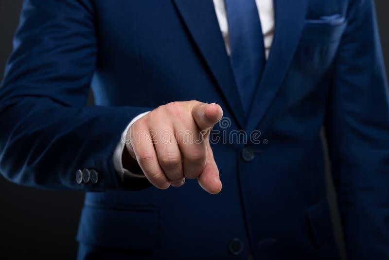 Nahaufnahmefinger des männlichen Unternehmers zeigend auf Schirm stockbilder