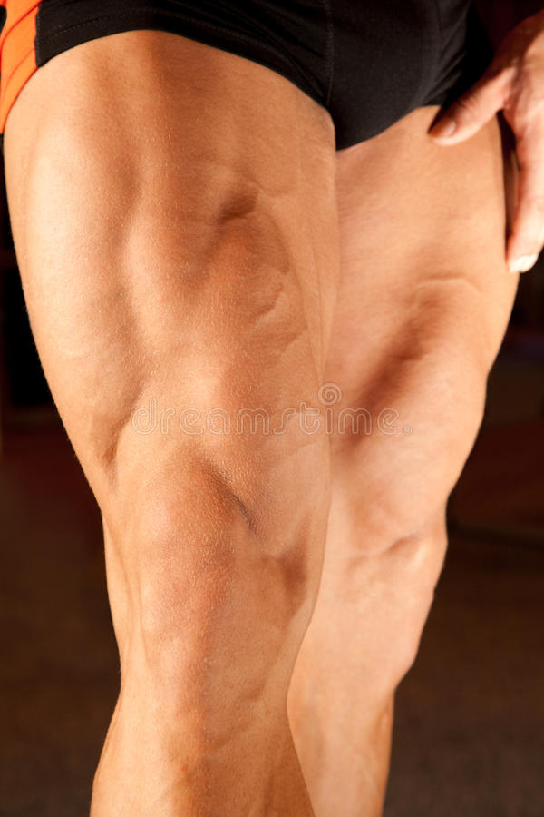 Nahaufnahmefoto der Bodybuilderfahrwerkbeine lizenzfreie stockfotos