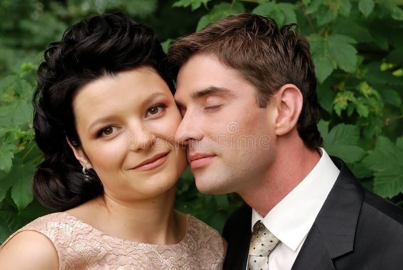 Nahaufnahmefoto der glücklichen jungen Hochzeitspaare stockbilder