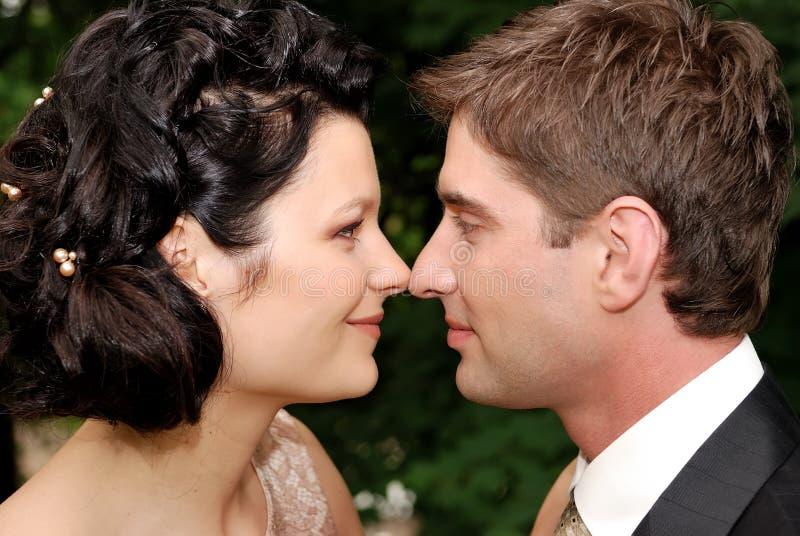 Nahaufnahmefoto der jungen Hochzeitspaare stockbilder