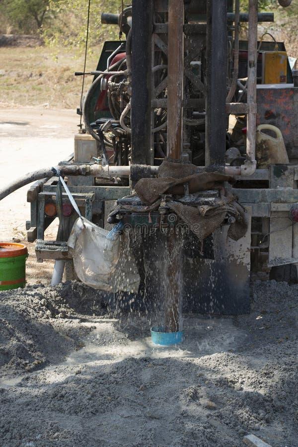 Nahaufnahmefoto der Maschinenbohrung in Boden während gefundenes Grundwasser stockfotos