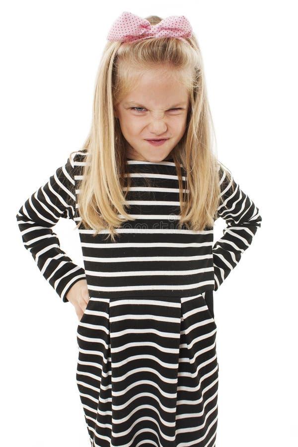 Nahaufnahmefoto des kleinen M?dchens zeigt ihre gepflogene Braue und reizte Stirnrunzeln stockfotografie