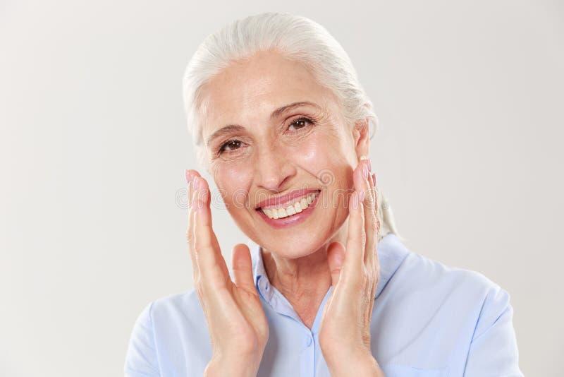 Nahaufnahmefoto des Lachens der grauhaarigen älteren Frau, betrachtend stockfotos