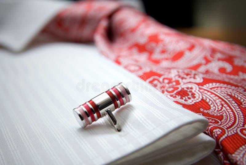 Nahaufnahmefoto des Stiftes auf weißem Hemd mit roter Gleichheit lizenzfreies stockfoto