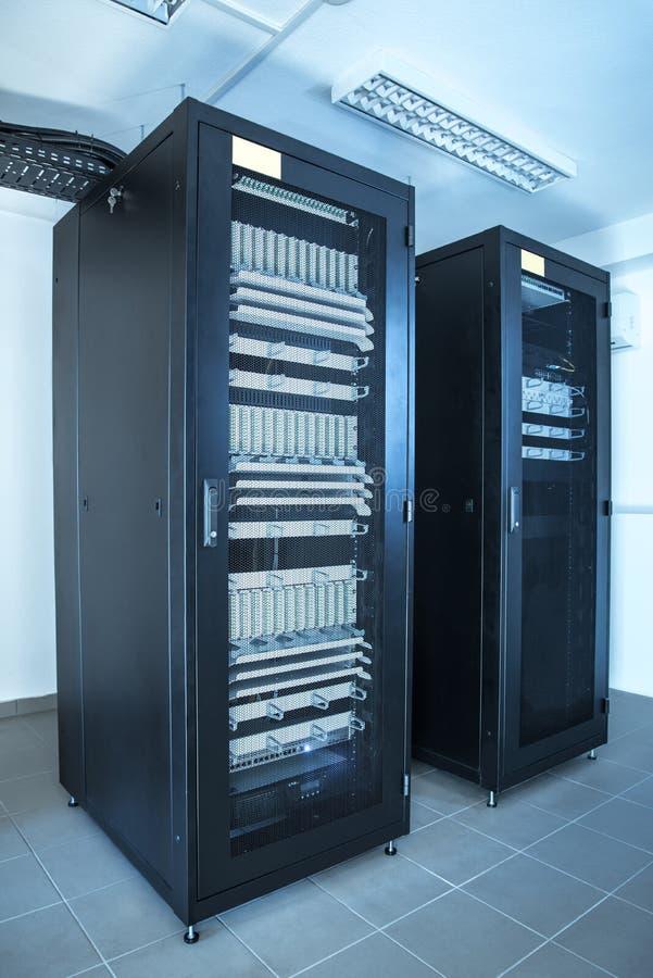Nahaufnahmefoto eines Gestellkabinetts im Serverraum lizenzfreie stockbilder