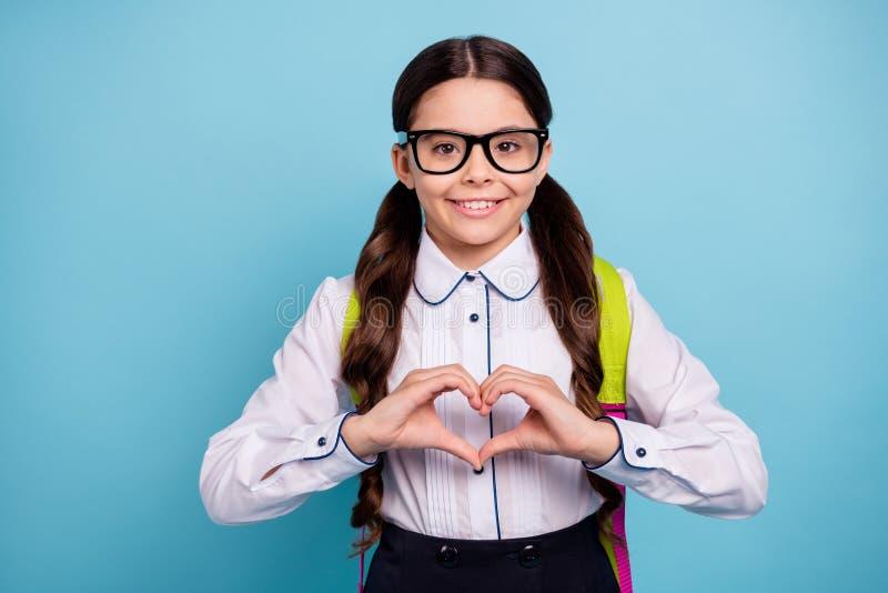 Nahaufnahmefoto froher Rückholschule hübscher Schuldame stellen Hände her, Herz, daszahl Mitschüler Spezifikt. weißes Hemd tragen stockfoto