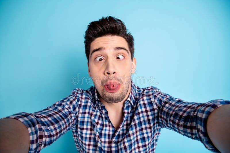 Nahaufnahmefoto-Studioporträt von merkwürdigem dummem verrücktem dummem sonderbar er er Kerlholding-Netznocken, der Videoanruffre stockbilder