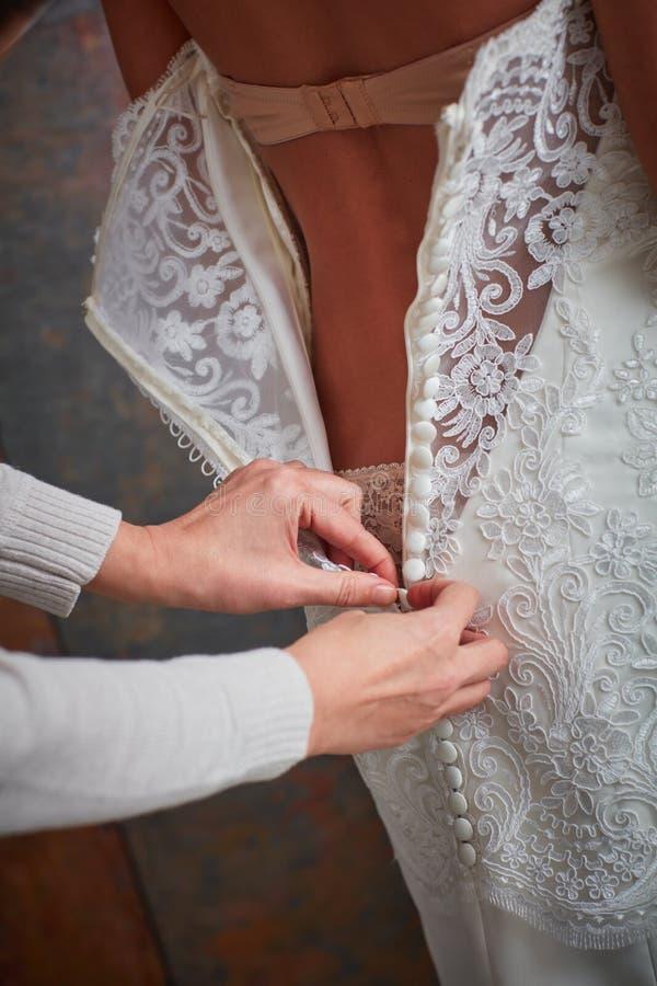 Nahaufnahmefoto von die Braut oben kleiden stockbild