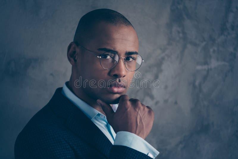Nahaufnahmefotoporträt des hübschen virilen männlichen Arbeitgeber-Chefhändchenhaltens des Herrgeselligen menschen nahe Gesicht lizenzfreies stockfoto